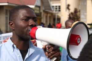 tresor - microphone - action Marche goma veut de l'eau - photo Benoit Mugabo - 29 Mai 2014 - Tresor militant